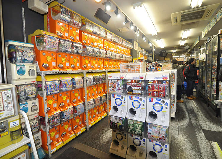 죽 늘어선 가차가차(캡슐 완구를 판매하는 자동판매기)의 모습은 압권!