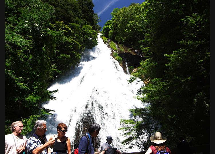 바위 표면을 타고 쏟아져 내리는 오쿠닛코의 유명한 폭포