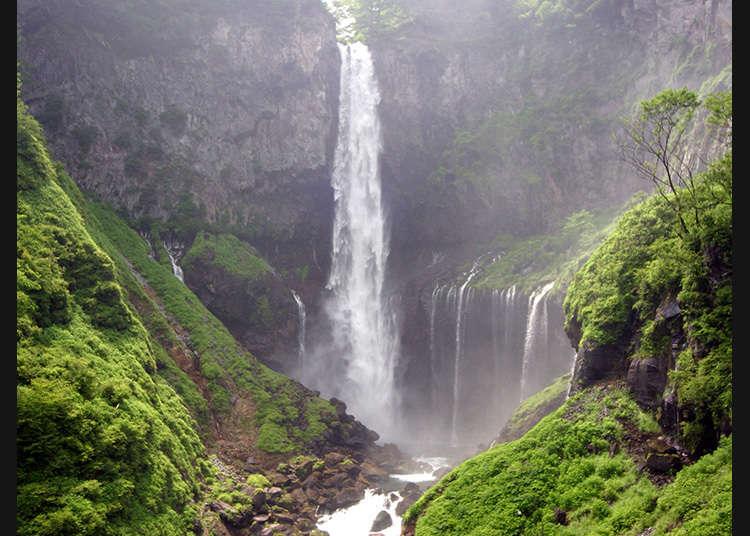 日本少有以落差聞名的壯觀瀑布「華嚴瀑布」