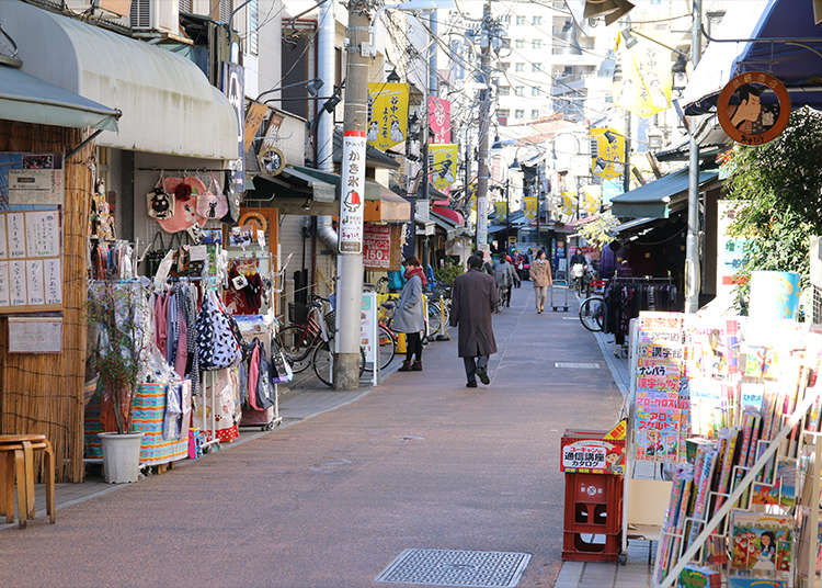 谷中銀座商店街で食べ歩きをする