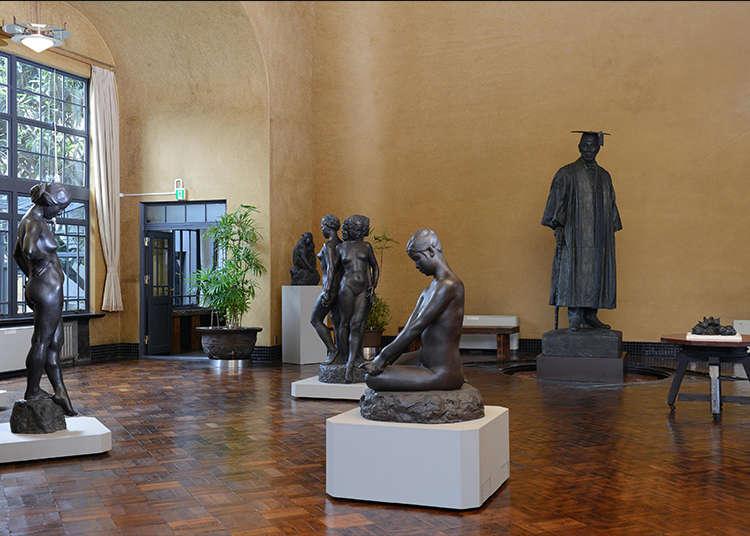 在著名雕刻家的私宅美術館中欣賞藝術作品