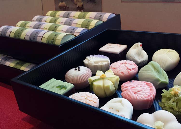 陳列著繽紛美麗的上生菓子(生菓子指的是含水分比較多的和菓子,而上生菓子指的是上等的生菓子。)之老鋪  「上生菓子」翻譯參考:http://moonhsuan.com.tw/answers.php
