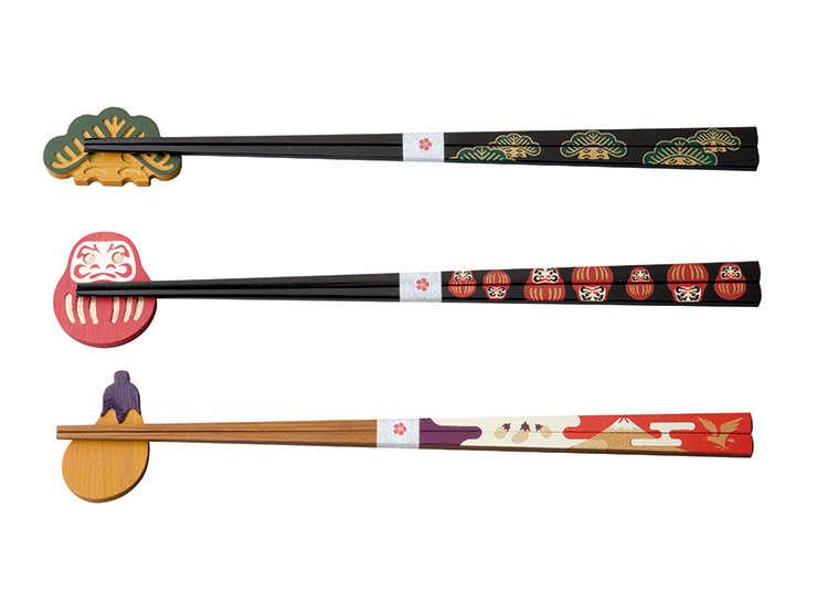 A set of urushi-bashi (urushi lacquered chopsticks) and hashi-oki (chopstick rest)