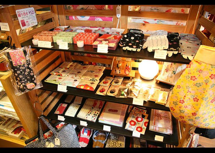 Enjoy wakomono (small ornamental products with Japanese taste) at Shikino-wakomono Hana-shimizu