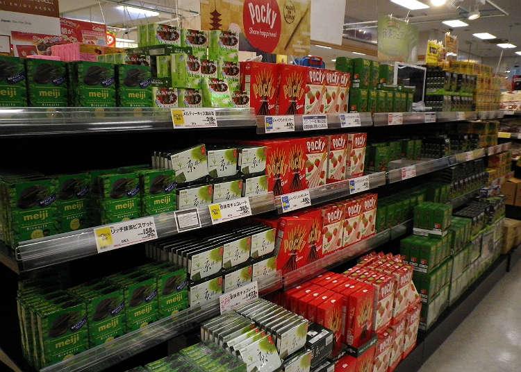 Berkunjung ke bagian penjualan produk makanan untuk membeli oleh-oleh dalam jumlah banyak