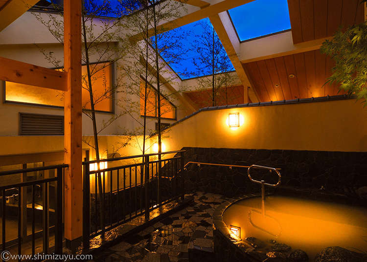 You can enjoy two kinds of natural hot springs