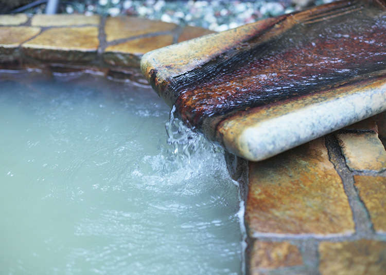 Air Panas Keruh dari Sumber Mata Air yang Terus Mengalir
