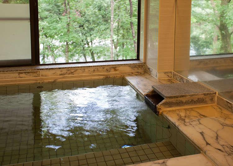 โรงอาบน้ำรวมที่สามารถมองเห็นวิวแม่น้ำทามะอยู่เบื้องล่าง