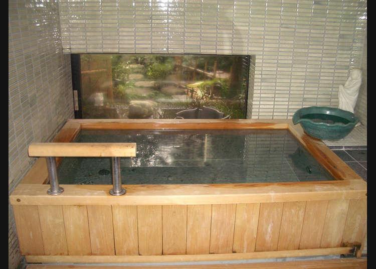 邊眺望庭院邊使用浴池