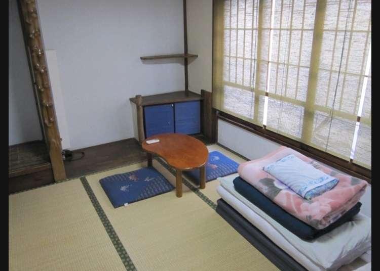 在塌塌米的客房上鋪被褥的日式風格