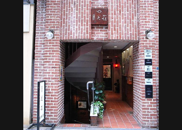 Mencari cenderamata di kedai alatan seni yang sudah lama ditubuhkan