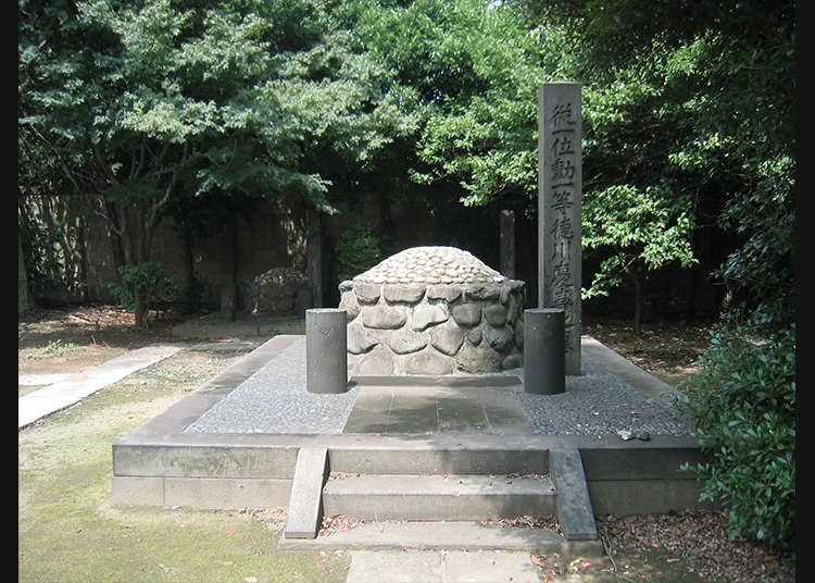 Stroll in Yanaka Cemetery filled with historical atmosphere
