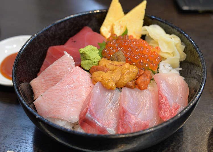 """Menikmati """"kaisen-don"""" (nasi bersama makanan laut segar)."""