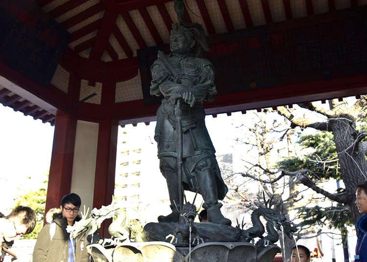 Membersihkan diri sebelum masuk ke kuil
