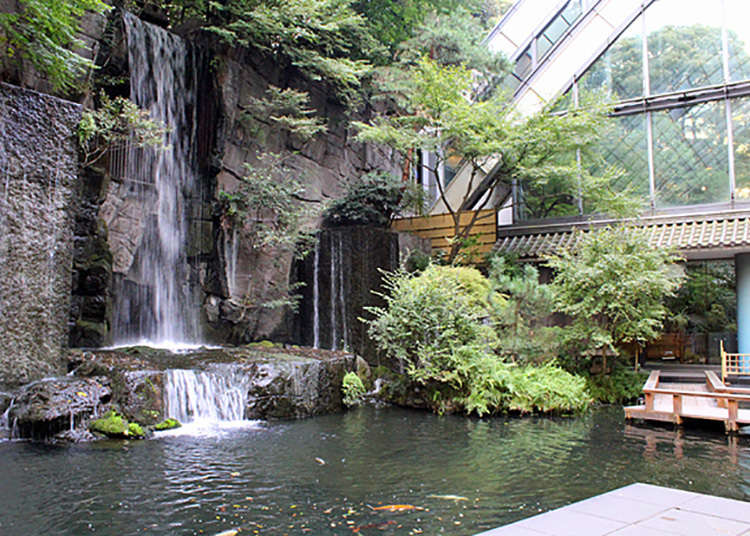 A waterfall in the heart of the city!? Strolling around the back area