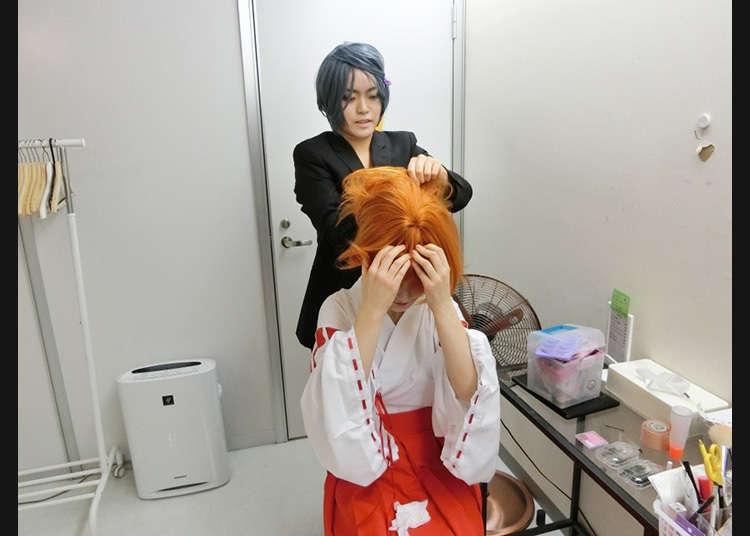 Memakai rambut palsu