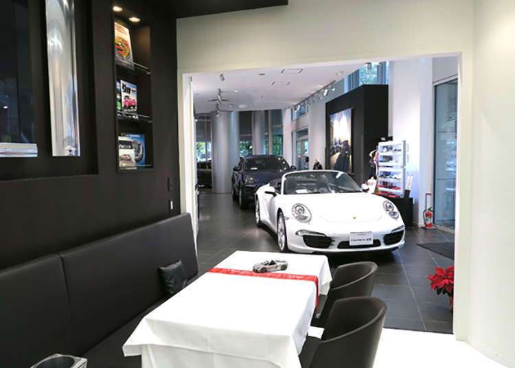 A World First! A Cafe Where You Can Enjoy Tea Time Next to a Porsche Luxury Car