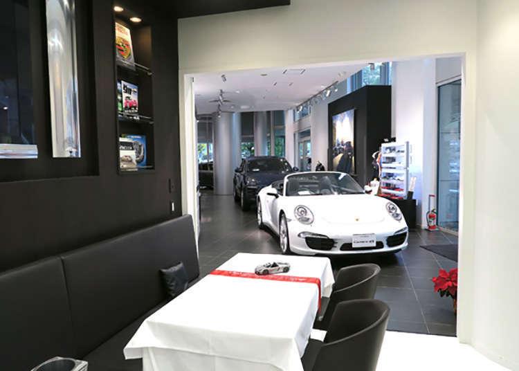Pertama di dunia! Bersantai di kafe yang bersebelahan dengan mobil mewah Porsche