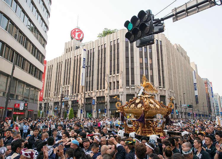 神轎繞行的「花園神社例大祭」