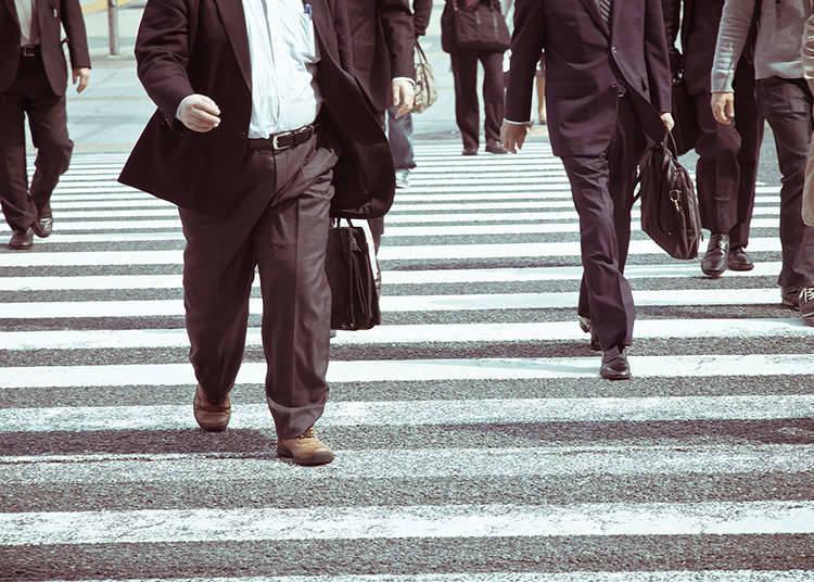 行人靠右通行。