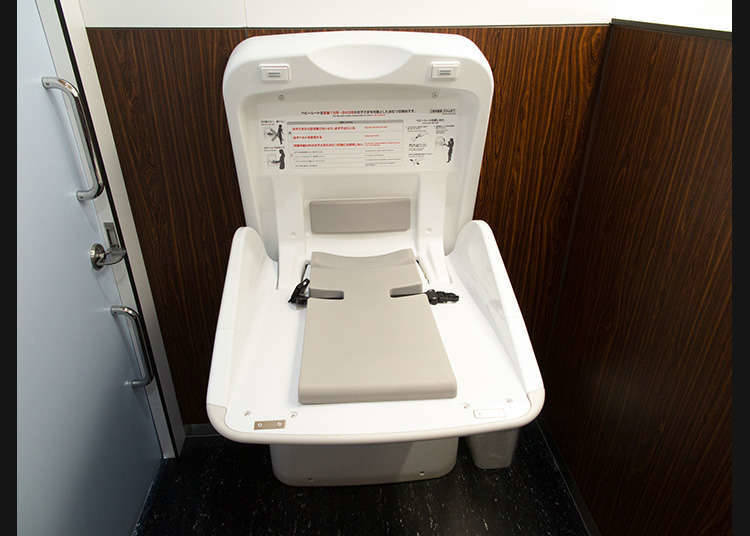 Ada juga yang memiliki fungsi yaitu mengeluarkan suara air mengalir di dinding toilet atau di washlet. Fungsi ini dapat diaktifkan dengan menekan tombol atau mendekatkan tangan ke sensor. Bagi Anda yang merasa tidak nyaman dengan suara saat menggunakan toilet, silakan gunakan fungsi ini!