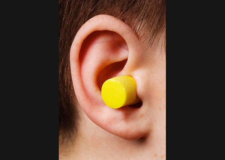 Penyumbat telinga.