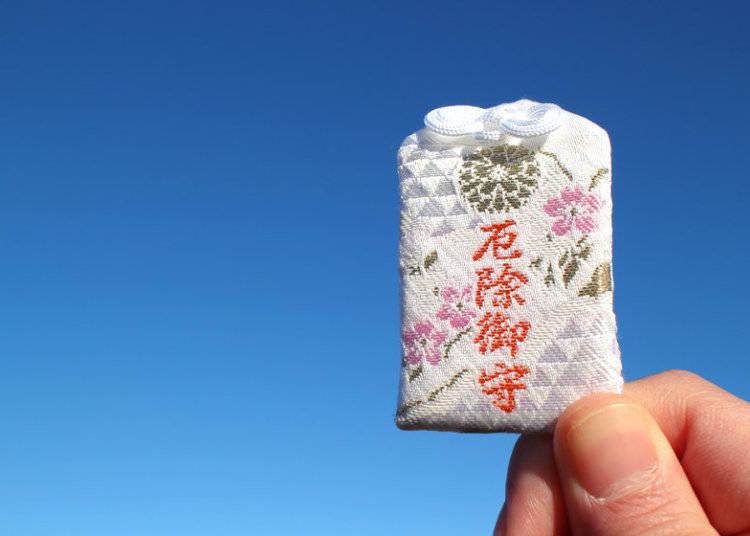 Omikuji dan Omamori: Jimat Keberuntungan dari Dunia Lain