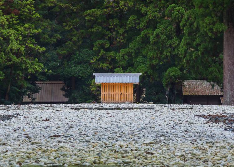 也可在东京都市中心的大厦屋顶遇见的小祠庙;伊势神宫的古殿地