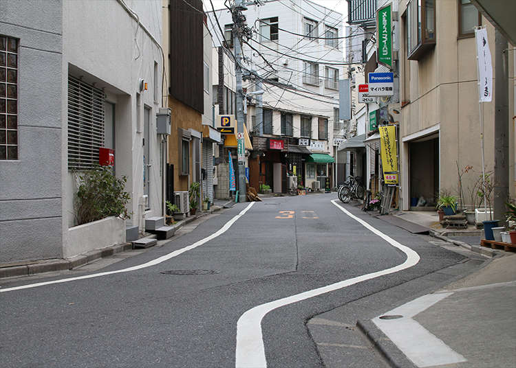 蛇行する区境の道路