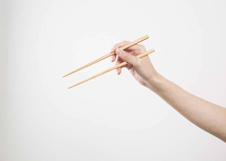 Mari memegang chopstick