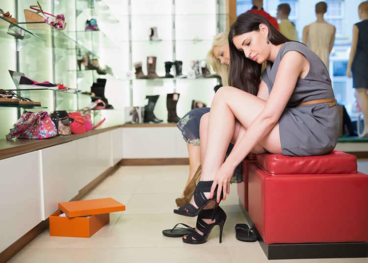 Mencuba kasut