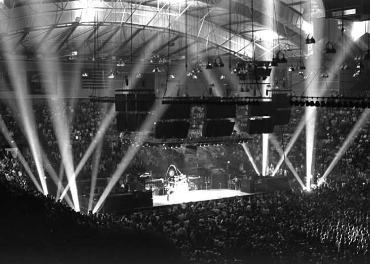 Konser di Lapangan Bisbol dan Stadion