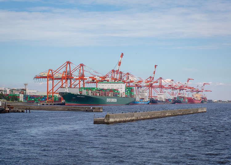 起重机与货柜船所形成的造型美