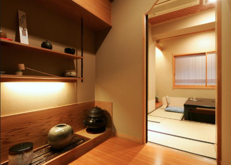 Masakan Jepang tradisional yang dinikmati di ruangan khas Jepang yang dipenuhi sejarah