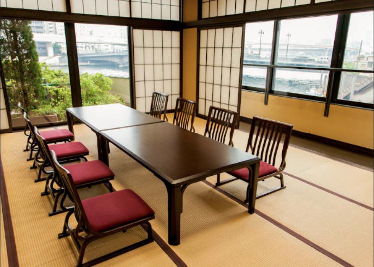 Ruangan khas Jepang yang dapat menikmati pemandangan sungai Sumidagawa selayang pandang