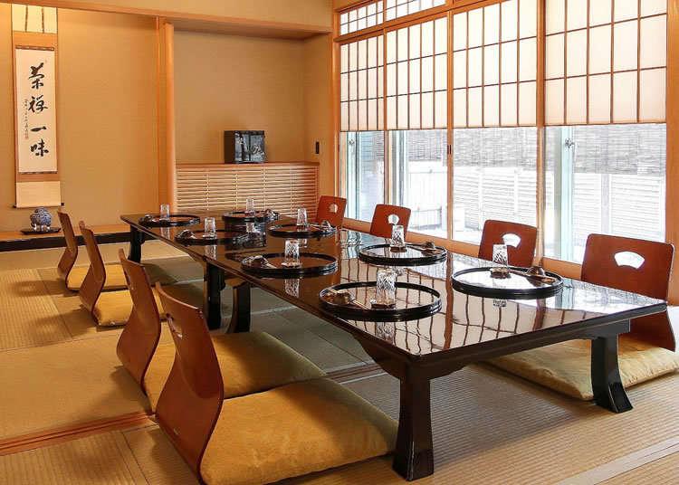 在榻榻米座位享用老铺的会席料理