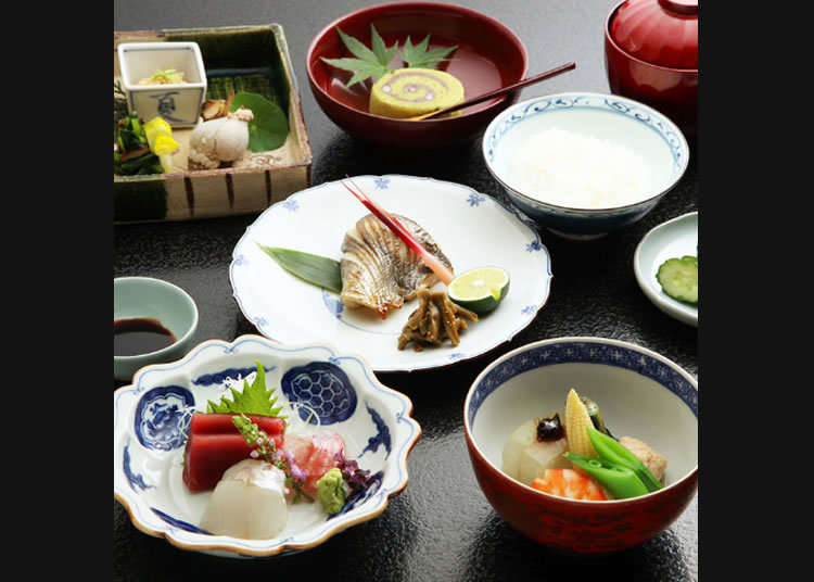 Menikmati dengan puas makan siang masakan Jepang di restoran tua yang didirikan pada zaman Meiji