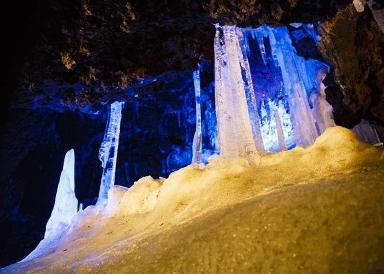 在灯光下美丽闪耀的冰柱