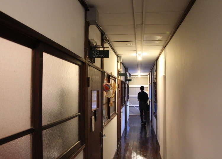 从建筑物左侧的楼梯登上2楼