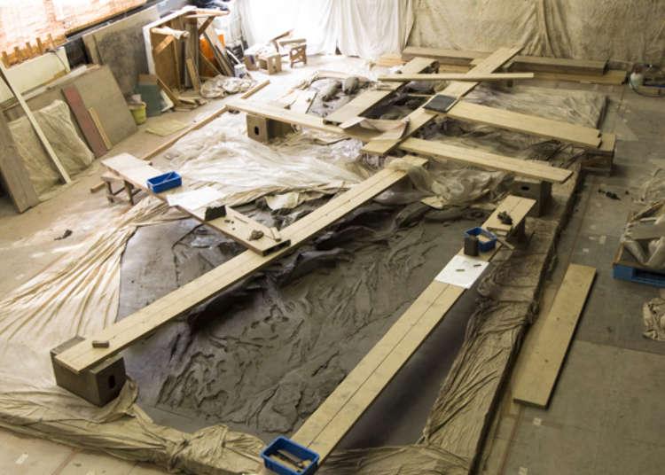 陶板レリーフの制作風景が見学できる