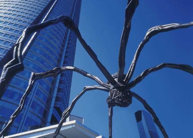 거대한 거미 오브제가 마중