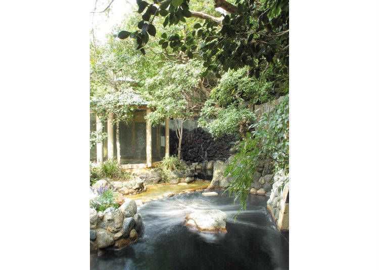 """融于绿色环绕的住宅区中的""""深大寺天然温泉 汤守之里"""""""
