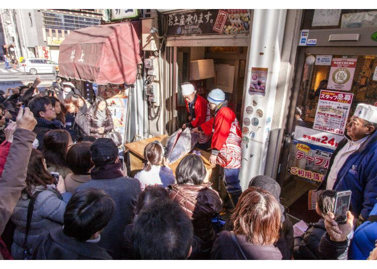 筑地的小巷举办的剖鱼表演