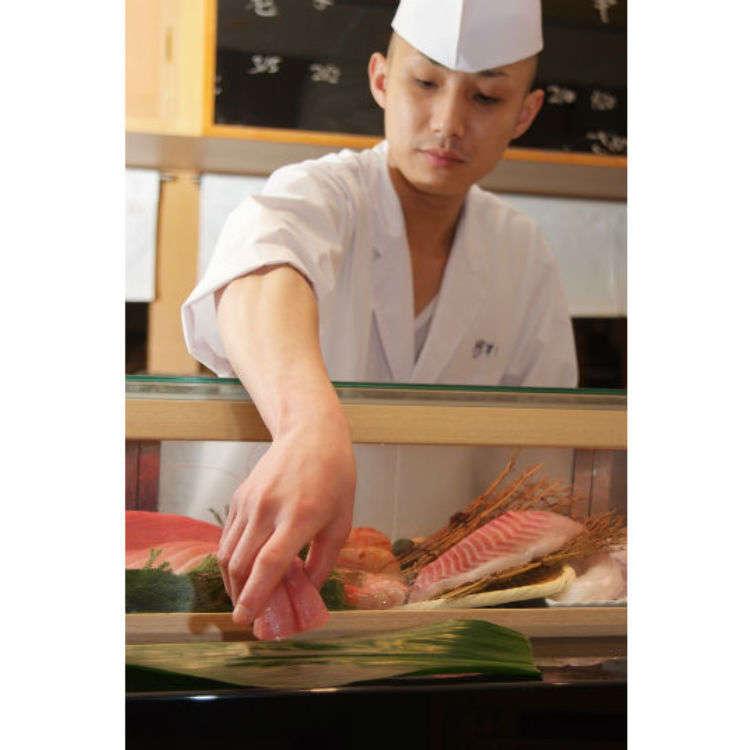 寿司一贯仅从50日元起价!在正规的柜台席享受不回转寿司!?