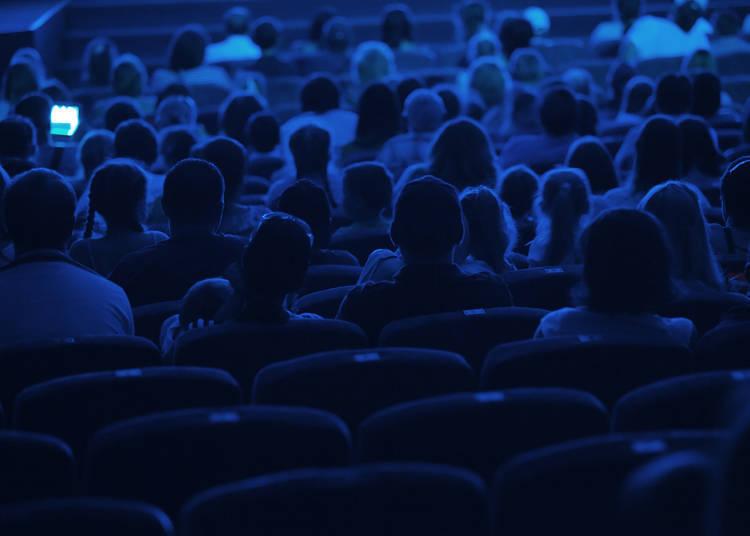 在電影院看電影時,應盡量安靜坐著避免發出聲音,片尾字幕完全結束前不離席