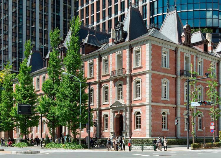 도심에 잘 녹아있는 역사가 깊은 빨간 벽돌의 건물과 정원