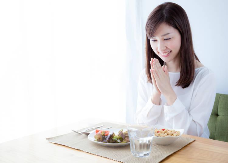 三、吃饭前说「我开动了」,用餐完后说「多谢款待」
