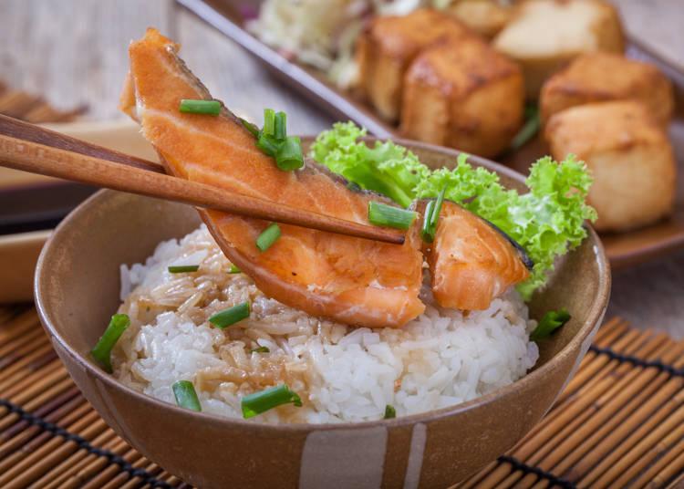 四、夹菜时不能直接把菜放在饭上,善用旁边的小碟子