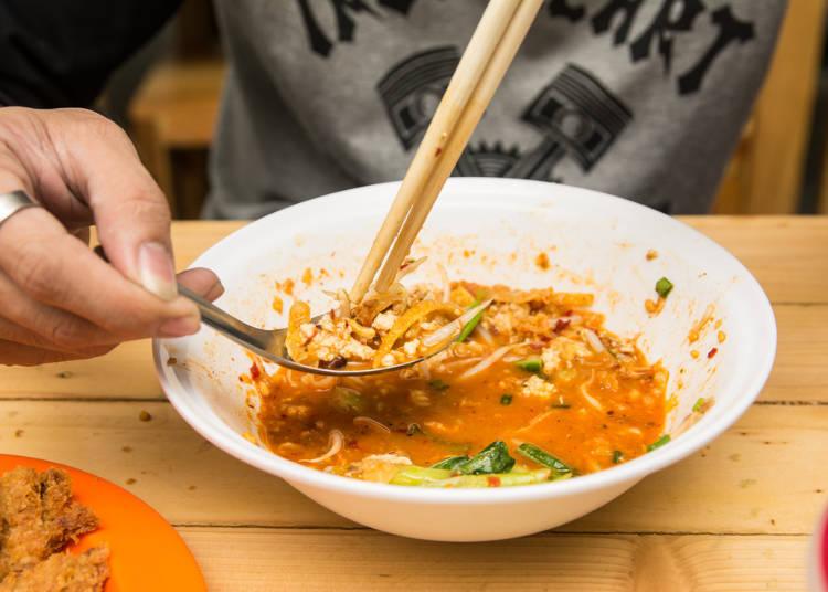 七、吃饭时不要一手用筷子夹菜吃,另一手用汤匙喝汤。