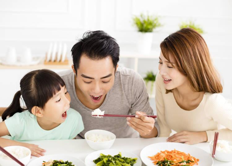 五、吃飯不可低頭以口對餐具,應該要端起碗來吃